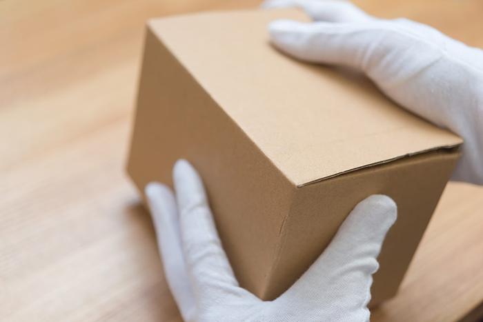 箱から商品を開ける瞬間