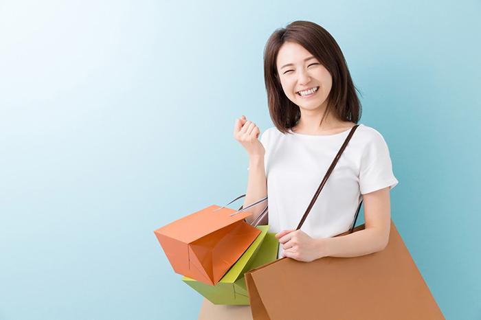 買い物をして喜ぶ女性